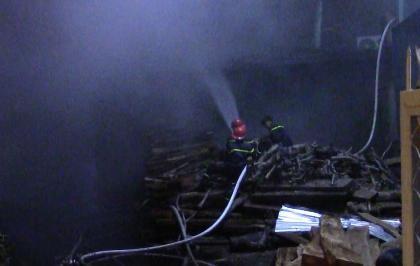 Cháy lớn tại xưởng gỗ, cả khu phố náo loạn - ảnh 1