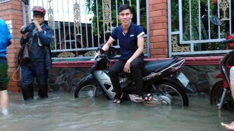 Sinh hoạt của người dân TP.HCM đảo lộn vì mưa lớn - ảnh 11