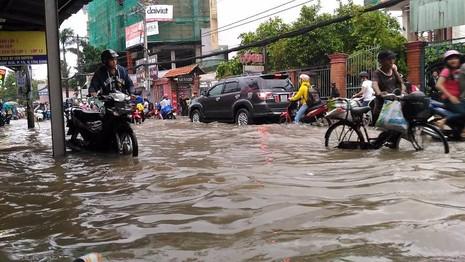 Sinh hoạt của người dân TP.HCM đảo lộn vì mưa lớn - ảnh 6