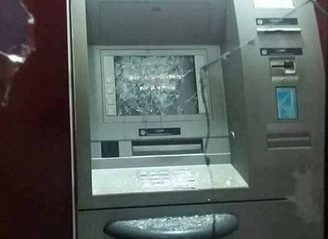 Người đàn ông nghi 'ngáo đá', đập phá trụ ATM - ảnh 1