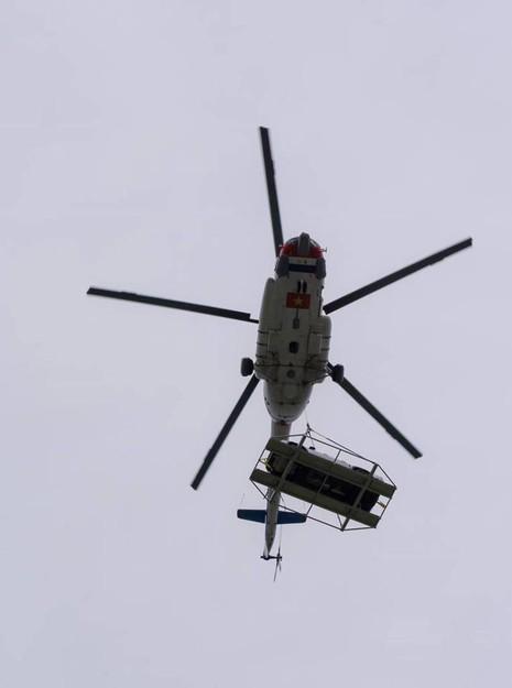 Chùm ảnh:Trực thăng cẩu ô tô bay trên bầu trời Vũng Tàu - ảnh 2