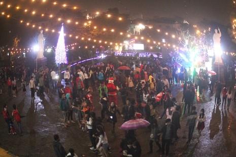 Người dân Huế đội mưa đi đón Giáng sinh - ảnh 1