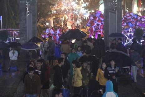 Người dân Huế đội mưa đi đón Giáng sinh - ảnh 4