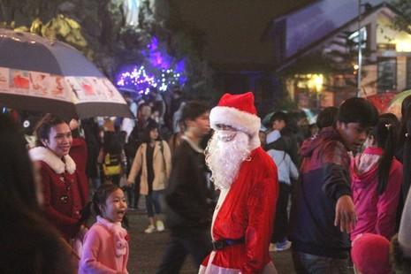 Người dân Huế đội mưa đi đón Giáng sinh - ảnh 5