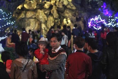 Người dân Huế đội mưa đi đón Giáng sinh - ảnh 6