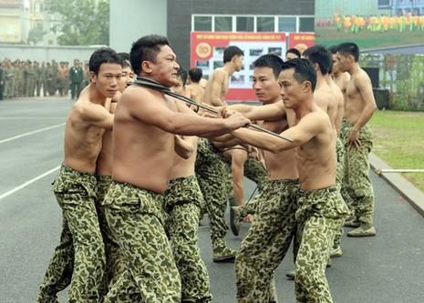 Màn trình diễn 'nghẹt thở' của các chiến sĩ đặc công - ảnh 8