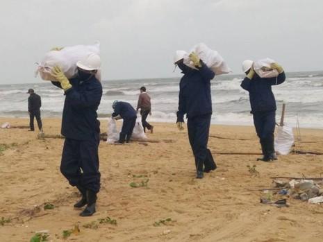 Thu gom 200 tấn rác tấp vào bờ biển Quảng Nam - ảnh 6