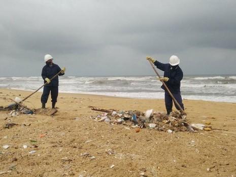 Thu gom 200 tấn rác tấp vào bờ biển Quảng Nam - ảnh 2