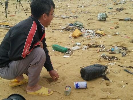 Thu gom 200 tấn rác tấp vào bờ biển Quảng Nam - ảnh 1