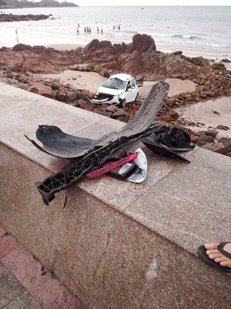 Taxi lao xuống biển Vũng Tàu, xe biến dạng - ảnh 1