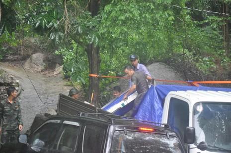 Bàn giao mảnh vỡ máy bay trực thăng gặp nạn ở núi Dinh - ảnh 3