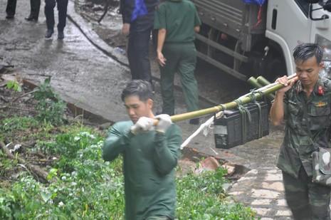 Bàn giao mảnh vỡ máy bay trực thăng gặp nạn ở núi Dinh - ảnh 4