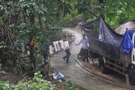 Bàn giao mảnh vỡ máy bay trực thăng gặp nạn ở núi Dinh - ảnh 1