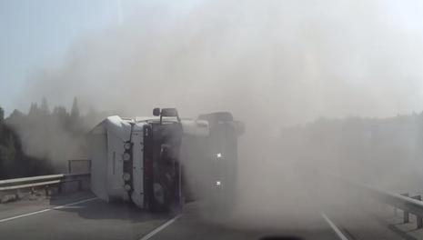 Xe container nổ lốp suýt gây tai nạn kinh hoàng - ảnh 1