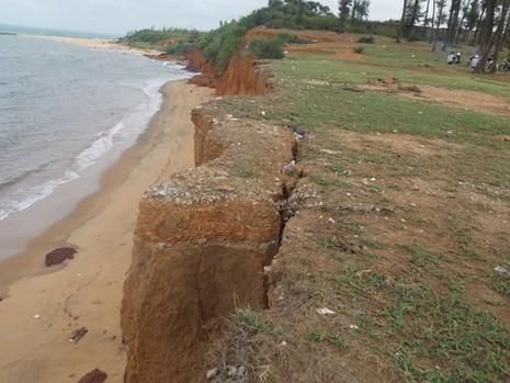Quảng Nam: Sóng biển xóa sổ đường dân sinh, uy hiếp các hộ dân - ảnh 2