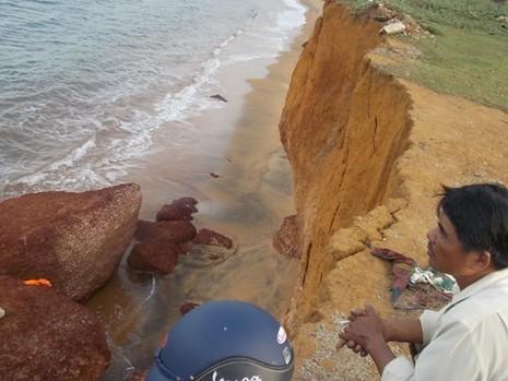Quảng Nam: Sóng biển xóa sổ đường dân sinh, uy hiếp các hộ dân - ảnh 1