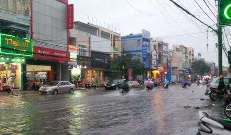 Đà Nẵng: Nhiều tuyến đường ngập lụt, người dân bì bõm trong mưa - ảnh 4