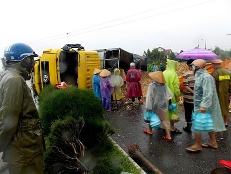 Quảng Nam: Xe tải lật ngửa, quốc lộ 1 ùn tắc  - ảnh 1
