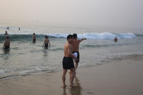 Bí thư, chủ tịch Đà Nẵng hồ hởi tắm biển cùng du khách lúc bình minh - ảnh 1