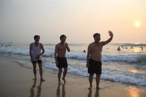 Bí thư, chủ tịch Đà Nẵng hồ hởi tắm biển cùng du khách lúc bình minh - ảnh 2