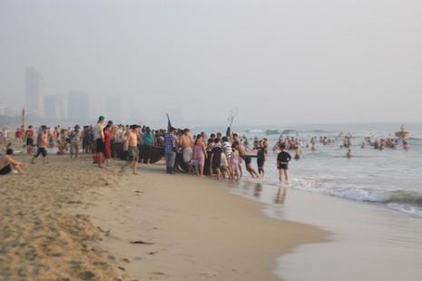 Bí thư, chủ tịch Đà Nẵng hồ hởi tắm biển cùng du khách lúc bình minh - ảnh 11