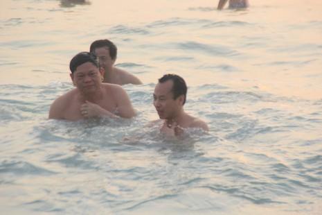 Bí thư, chủ tịch Đà Nẵng hồ hởi tắm biển cùng du khách lúc bình minh - ảnh 7