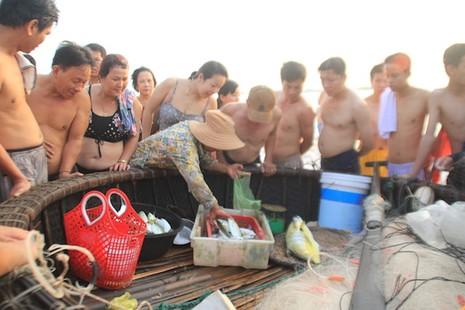 Bí thư, chủ tịch Đà Nẵng hồ hởi tắm biển cùng du khách lúc bình minh - ảnh 12
