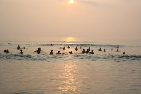 Bí thư, chủ tịch Đà Nẵng hồ hởi tắm biển cùng du khách lúc bình minh - ảnh 4