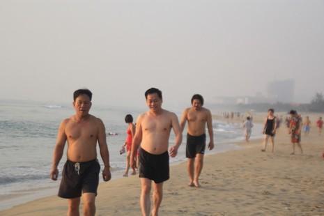 Bí thư, chủ tịch Đà Nẵng hồ hởi tắm biển cùng du khách lúc bình minh - ảnh 6