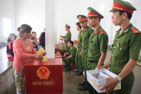 Đà Nẵng: Đưa phiếu bầu đến từng buồng giam  - ảnh 6