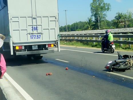 Một thiếu nữ bị xe tải cán nát chân - ảnh 1