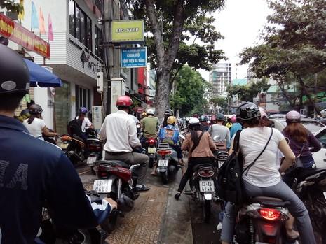 Giao thông khu vực trung tâm Đà Nẵng hỗn loạn vì rào đường - ảnh 5