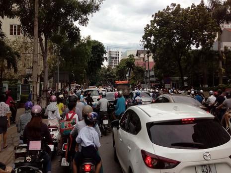 Giao thông khu vực trung tâm Đà Nẵng hỗn loạn vì rào đường - ảnh 6