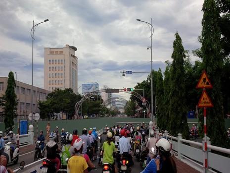 Giao thông khu vực trung tâm Đà Nẵng hỗn loạn vì rào đường - ảnh 1
