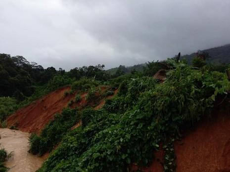 Quảng Nam: Lũ nhấm chìm taxi và nhiều nơi sạt lở nghiêm trọng sau bão - ảnh 1