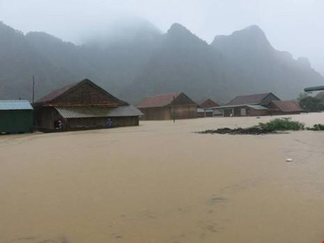 Xã Tân Hoá chìm trong biển nước. Ảnh: M.Vương.