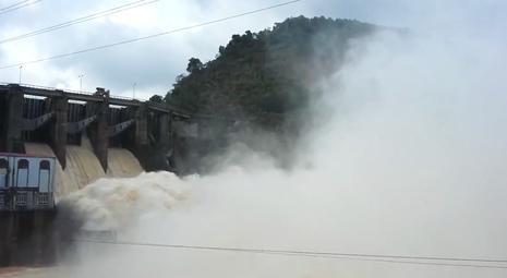 136 hồ tại Quảng Bình đang tràn tự do và xả lũ - ảnh 1