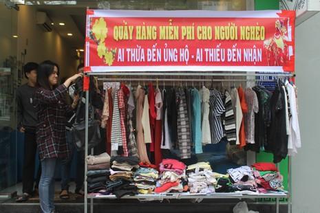 Quầy quần áo Tết miễn phí cho người nghèo - ảnh 1