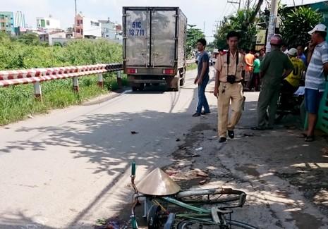 Người phụ nữ đi xe đạp tử vong dưới bánh xe tải - ảnh 1