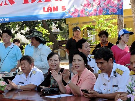 Chủ tịch HĐND TP Nguyễn Thị Quyết Tâm cùng gói bánh, ca hát với chiến sĩ - ảnh 1
