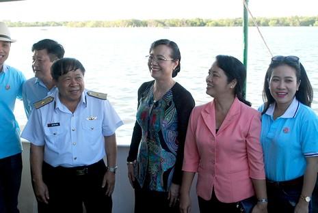 Chủ tịch HĐND TP Nguyễn Thị Quyết Tâm cùng gói bánh, ca hát với chiến sĩ - ảnh 9