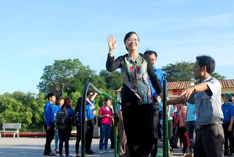 Chủ tịch HĐND TP Nguyễn Thị Quyết Tâm cùng gói bánh, ca hát với chiến sĩ - ảnh 8