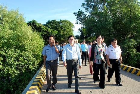 Chủ tịch HĐND TP Nguyễn Thị Quyết Tâm cùng gói bánh, ca hát với chiến sĩ - ảnh 7