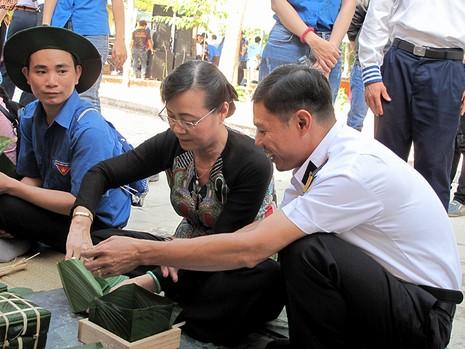 Chủ tịch HĐND TP Nguyễn Thị Quyết Tâm cùng gói bánh, ca hát với chiến sĩ - ảnh 6