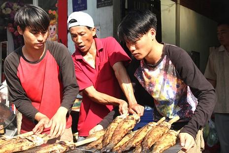 Nửa đêm đã ùa ra đường mua cá lóc nướng cúng thần tài - ảnh 3