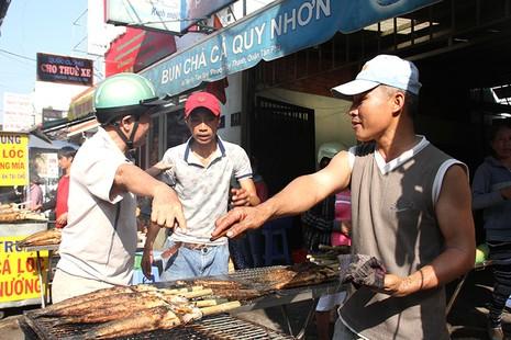 Nửa đêm đã ùa ra đường mua cá lóc nướng cúng thần tài - ảnh 2