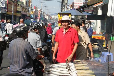 Nửa đêm đã ùa ra đường mua cá lóc nướng cúng thần tài - ảnh 15