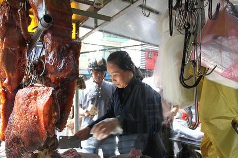 Nửa đêm đã ùa ra đường mua cá lóc nướng cúng thần tài - ảnh 11