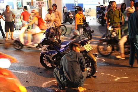 Thanh niên phóng nhanh, tông liên hoàn ba xe máy - ảnh 1