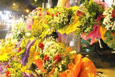Bán hoa gây quỹ, mua ủng cho trẻ vùng cao - ảnh 2